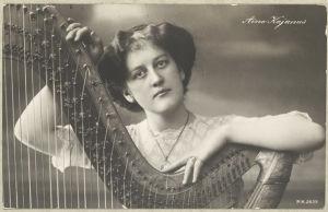 Harpputaiteilija Aino Kajanus 1920-luvulla.