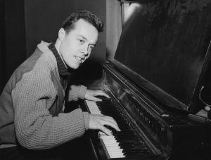 Kapellimestari Jorma Panula soittaa pianoa 1960.