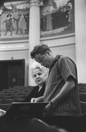 Jorma Panula johtaa Helsingin kaupunginorkesteria Sibelius-viikoilla 1965. Solistina sopraano Anita Välkki.