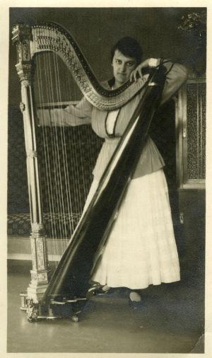 Harpputaiteilija Lilly Kajanus-Blenner.