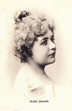 Nuori laulajatar Maikki Järnefelt.