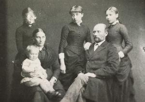 Kauppias Antti Pakarisen perhe Joensuusta 1880-luvulla.