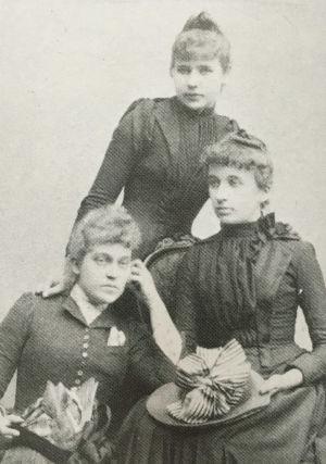 Maikki Pakarinen ja sisarensa Anna ja Elli.