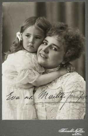 Maikki Järnefelt ja tytär Eva noin 1905.