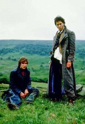 """Paul McGann (""""I"""") ja Richard E. Grant (Withnail) maalaismaisemassa elokuvassa Withnail and I (Onnen kiertolaiset)"""
