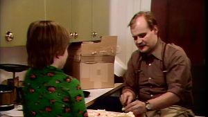 Isä (Oiva Lohtander) tekee ruoka. Salli (Kaisa Martinkauppi) katselee.