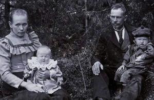 Säveltäjä Uuno Klamin lapsuuden perhe, Uuno isänsä sylissä noin 1903.