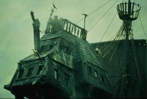 Kääpiöt tähystävät laivan komentosillalla elokuvassa Rosvoja, rosvoja! (Time Bandits)
