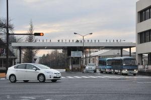 Bilar vid en Toyota-fabrik.
