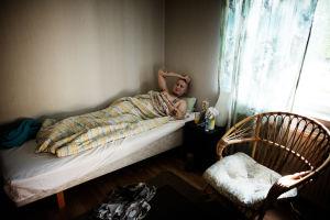 Sami Heikkinen ligger i en säng.