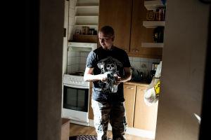 Sami Heinonen står i köket.