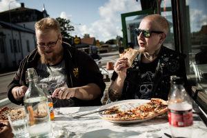 Saku och Sami Heinonen äter pizza.