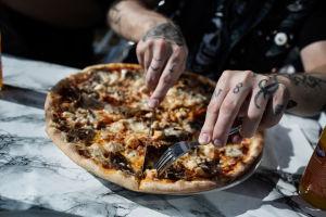 Pizza i närbild.