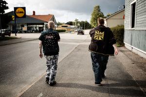 Sami och Saku Heinonen promenerar på gatan.