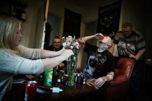 Unga i ett rum, dricker alkohol.