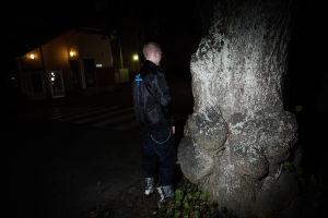 Sami Heinonen står och kissar mot ett träd.