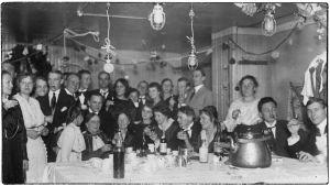 Viipurin teatterilaiset juhlivat pukuhuoneessa noin 1916.