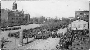Valkoisten voitonparaati Viipurissa Koulukentällä 1.5.1918.