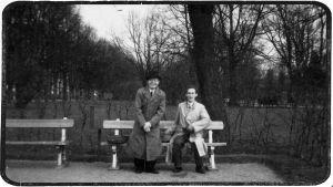 Muusikot Anton Hyökki ja Arvi Pitkänen Torkkelinpuistossa 1930-luvulla.