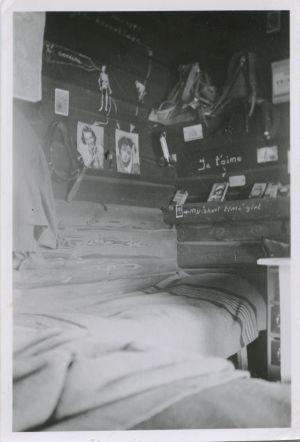 Kuva korsun seinältä, jonka seinälle on liimattu Signaali-lehtiä.