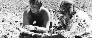 Ohjaaja Peter Medak ja koomikko Spike Milligan tutkivat käsikirjoitusta elokuvan Ghost in the Noonday Sun kuvauksissa