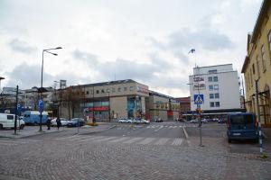 Vy av en korsning mitt i Borgå där bilar kör förbi. I blickfånget ligger ett stort brunt hus som det står Citymarket på.