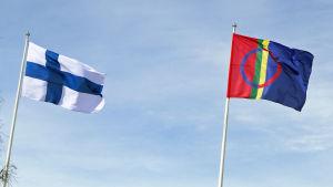 Suomen ja Saamen liput liehuvat vierekkäisissä lipputangoissa
