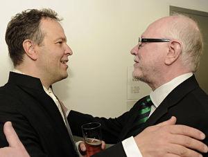 Professori Ilkka Oramo onnittelee poikaansa Radion sinfoniaorkesterin ylikapellimestari Sakari Oramoa jäähyväiskonsertin jälkeen toukokuussa 2012.