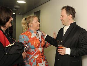 Sopraano Anu Komsi tervehtii puolisoaan kapellimestari Sakari Oramoa Radion sinfoniaorkesterin konsertin jälkeen toukokuussa 2012.