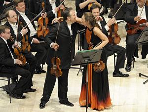 Kapellimestari Sakari Oramo, viulutaiteilija Janine Jansen ja Radion sinfoniaorkesteri toukokuussa 2012.