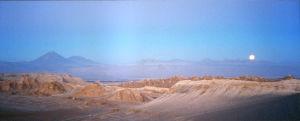 Atacaman autiomaassa hiekkaa kallioita ja Pan-American Highway