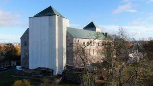 Åbo slott sett från hamnen, med västra tornet inpackat i plast då det repareras.