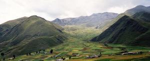Vehreä laakso perussa matkalla Punoon