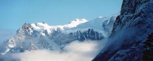 Lumihuippuisia vuoria Torres del Painen kansallispuistossa