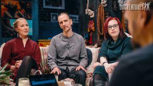 Katja Valli, Henry Vistbacka ja Mona Moisala Docventuresin sohvalla.