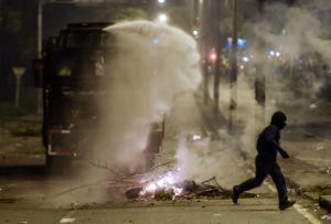 Universitetsstuderande flyr sammandrabbning med säkerhetsstyrkorna.