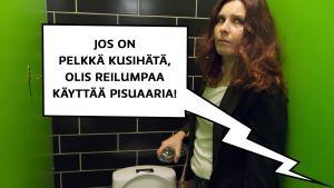 """Pirjo (Pirjo Heikkilä) valuttaa vettä pullosta vessanpönttöön wc-kopissa. Nojaa pelokkaan näköisenä seinään. Puhekupla (wc-kopin ulkopuolelta huudetaan): """"Jos on kusihätä, olis reilumpaa käyttää pisuaaria."""""""