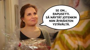 """Pirjo (Pirjo Heikkilä) antaa lahjapakettia ystävälleen. Pirjon puhekupla: """"Se on... rapusetti. Sä näytät jotenkin niin äyriäisten ystävältä."""""""