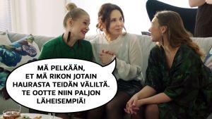 """Pirjo (Pirjo Heikkilä) keskustelee ystäviensä kanssa sohvalla. Pirjon puhekupla: """"Mä pelkään, et mä rikon jotain haurasta teidän väliltä. Te ootte niin paljon läheisempiä."""""""