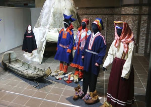 Samiska dräkter på utställning.