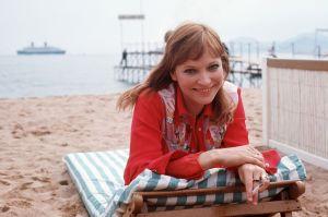 Anna Karina ligger på stranden i Cannes.
