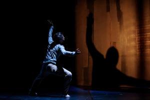 Scen ur dansföreställningen FRAMEWORK av Klever Dance.