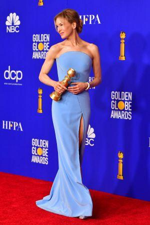 Bild på skådespelaren Renée Zellwegger som poserar på röda mattan.