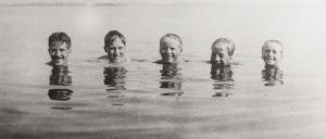 Hannikaisen veljessarja vedessä, vain päät näkyvissä: Lauri, Ilmari, Tauno, Arvo ja Väinö.