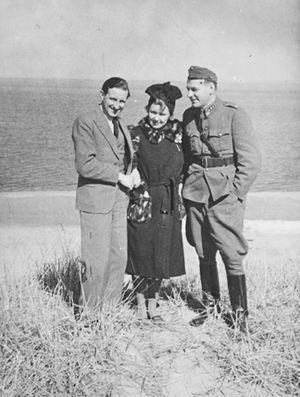 Laulajatar Mary Hannikainen ja pianistinsa Kurt Walden sekä yksi upseeri Itä-Karjalassa keväällä 1944.