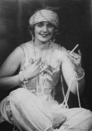 Sopraano Mary Spennert-Hannikainen operetin roolipuvussa noin 1920-luvulla.