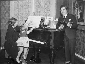 Mary ja Arvo Hannikainen sekä tyttär Tuulikki kotonaan Kulosaaressa 1930.