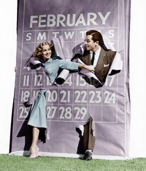 Ett par kommer ut genom en stor papperskalender.