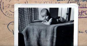 Mustavalkoinen kuva pienestä vauvasta