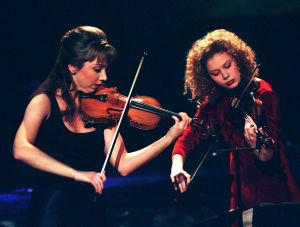 Viuluduo Annemarie Åström ja Minna Pensola Pohjolan kyky -kilpailussa 1997.